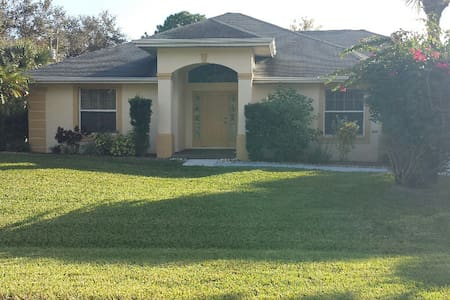 Nicely Furnished Home with a Great Pool Area - Lehigh Acres - Hus