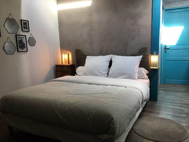Chambre 2, ouverte, sous pente à l'étage avec lit 160 et lit d'appoint 90, salle bain attenante avec baignoire. A disposition, caisse de jeux pour les enfants.