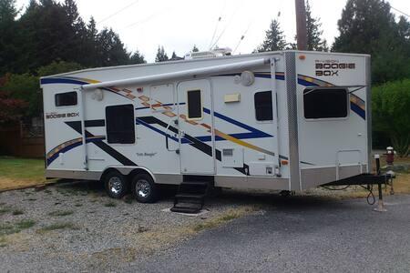 Fantastic 2010 FORD MAJESTIC E350 54L V8  RV Rent Vancouver Island