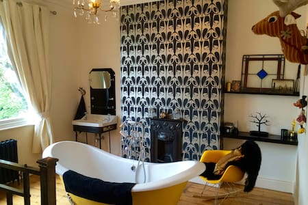 Exquisitely designed king size room Nr City Centre