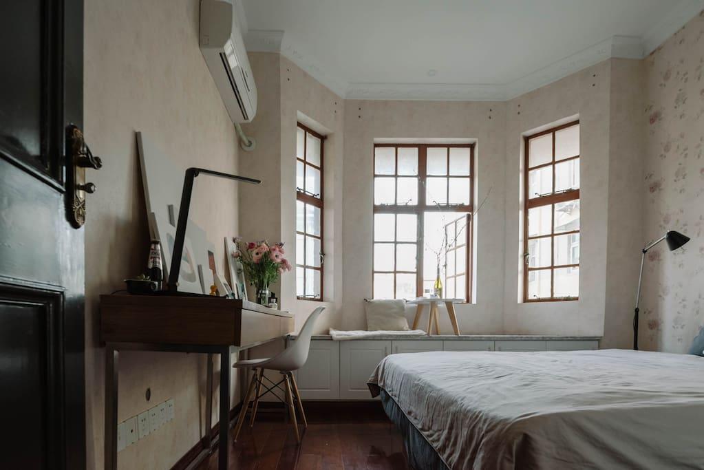 南向卧室 有飘窗 Bedroom