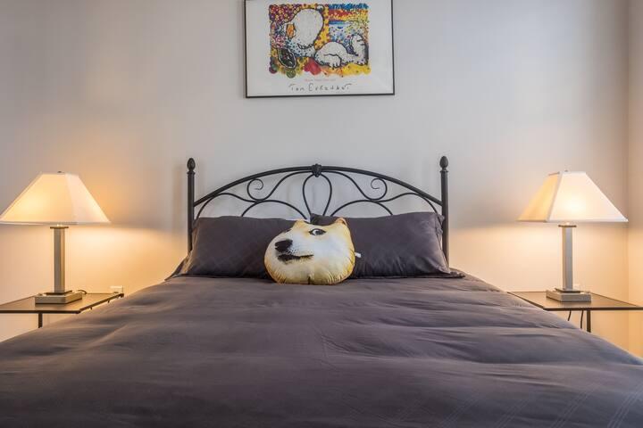 Bedroom w/ queen bed
