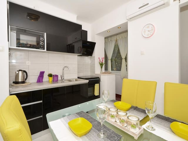 CENTRE of Split with 2 bedrooms, free parking