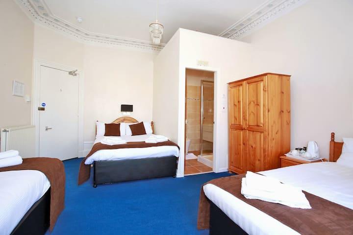 Room 4 - Family Room en-suite