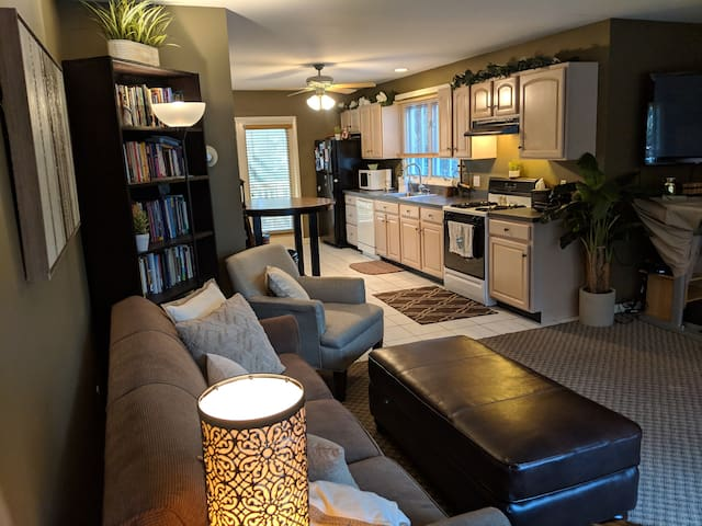 Beautiful Guest Suite w Kitchen & Living Room