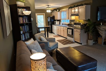 Beautiful Guest Suite w Full Kitchen & Living Room