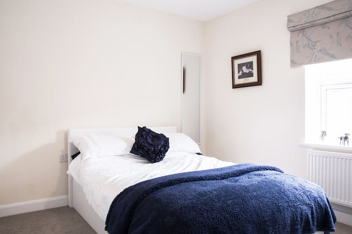 A Double Room within a spacious 4 bedroom home. - Oxfordshire - Maison