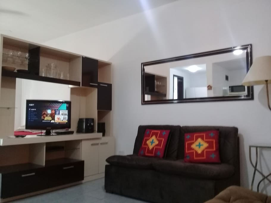 Ambiente aconchegante e funcional (TV gira para sala e para o quarto).