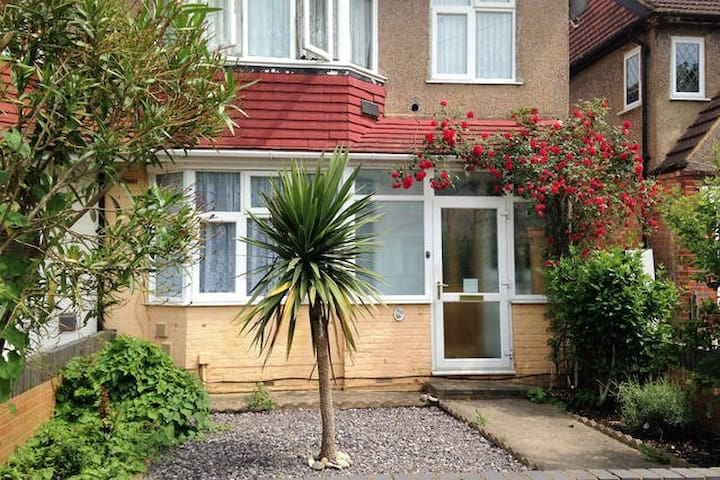 SINGLE ROOM IN WEST LONDON  (FEMALE GUEST ONLY)