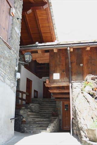 L'architettura di pietra e legna della casa  -  The wood and stone architecture of the house  -  L'architecture en bois et pierre de la maison