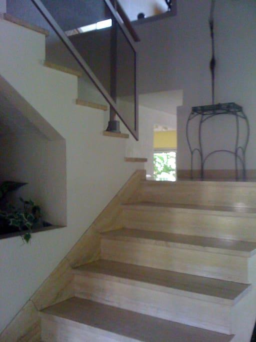 escalier en marbre ; entrée lumineuse