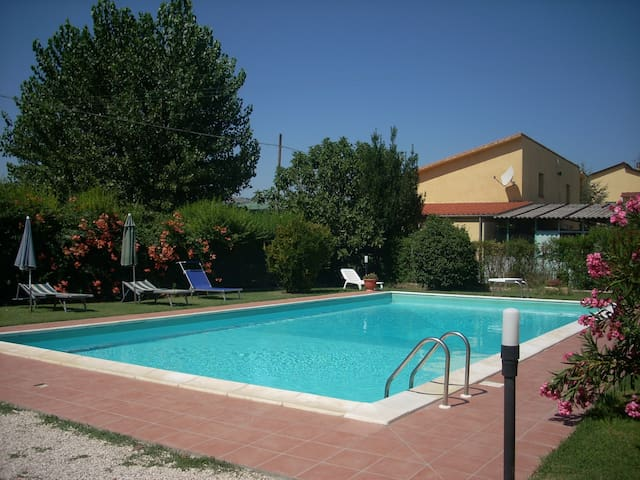 House with pool and garden close to Assisi