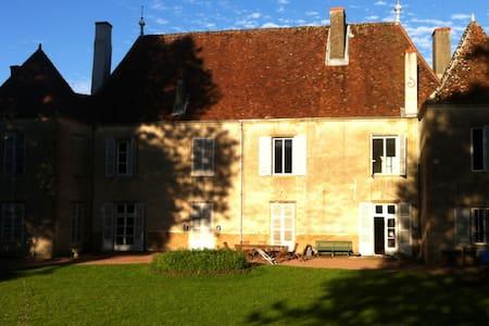 Chambres dans un château charolais - Charolles - Hrad