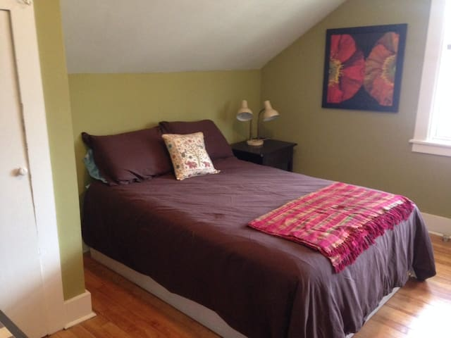 Green Room - long double bed. - Saranac Lake - House