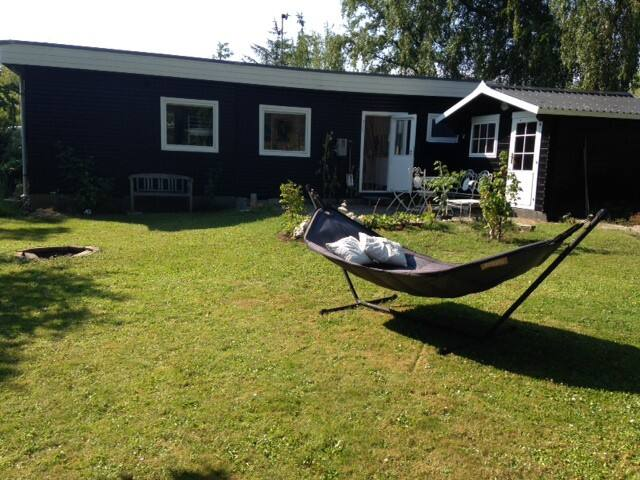 Cozy cottage 200m from the sea - Strøby - Hytte