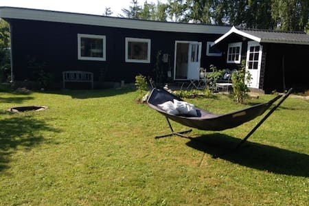 Cozy cottage 200m from the sea - Strøby - 小木屋