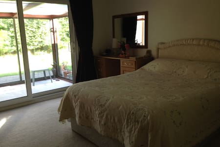 Beautiful ensuite room - Neston