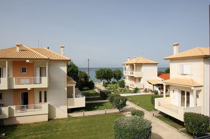 Beachfront Maisonette Villa 1 - Diakopto - บ้าน