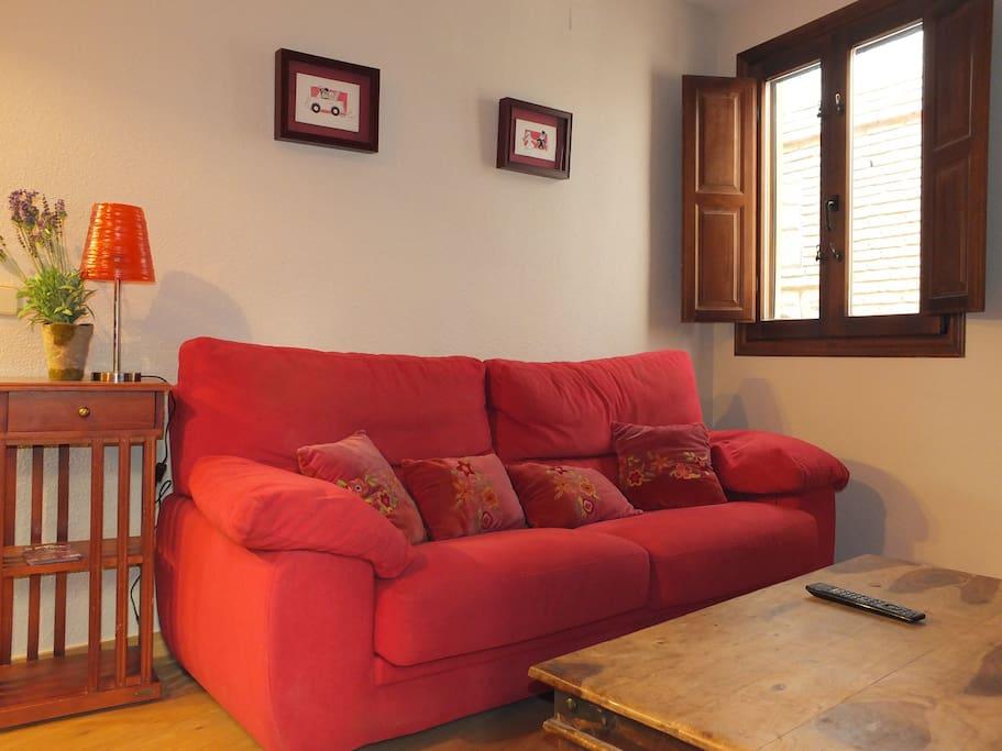 Amplio sofá en el salón.