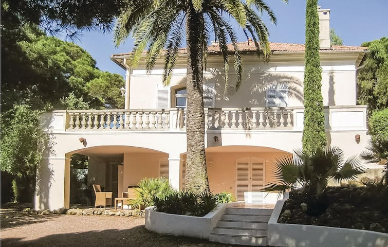 Holiday cottage with 4 bedrooms on 220m² in Sainte Maxime