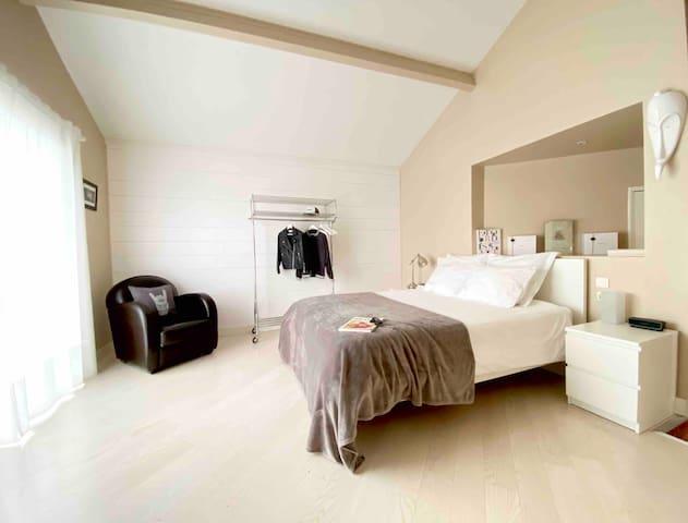 Chambre nº1 : suite parentale avec salle de bain privative et vue sur piscine