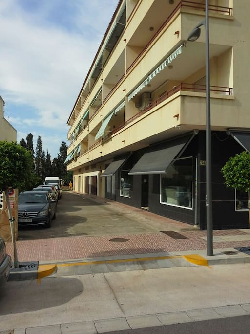 L'immeuble n°34 donnant sur l'Avenida della Plana l'appartement se trouve au milieu, au troisième étage..
