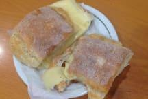 Sandes com queijo. Another café standard