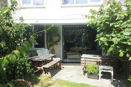 House in a quiet neighbourhood - Voorhout - Dům