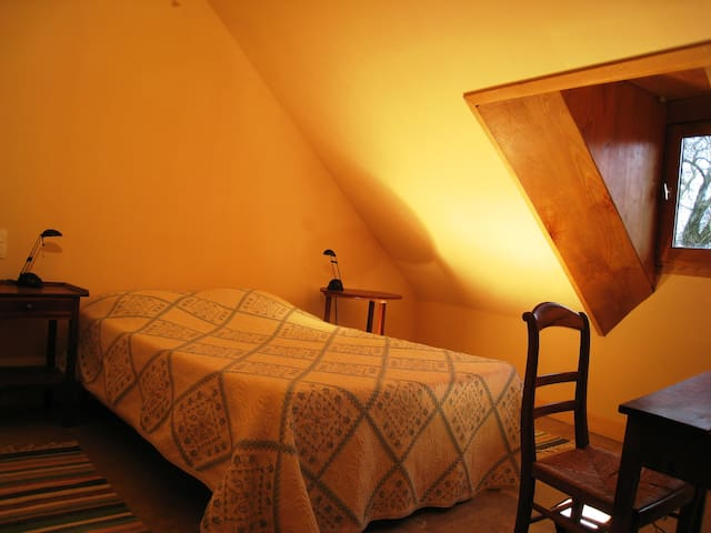 La première chambre comprenant un lit de 140 par 190.