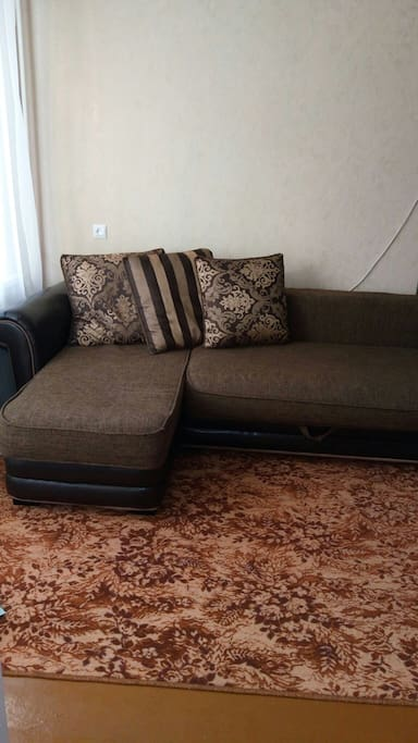 Двухспальный диван в гостинной