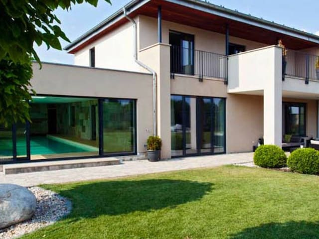 Elegant villa in Prague with pool and tennis court - Čestlice - 別荘