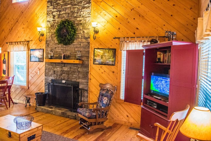 *NO GUEST SERVICE FEE* Evergreen Cabin at Blairsville