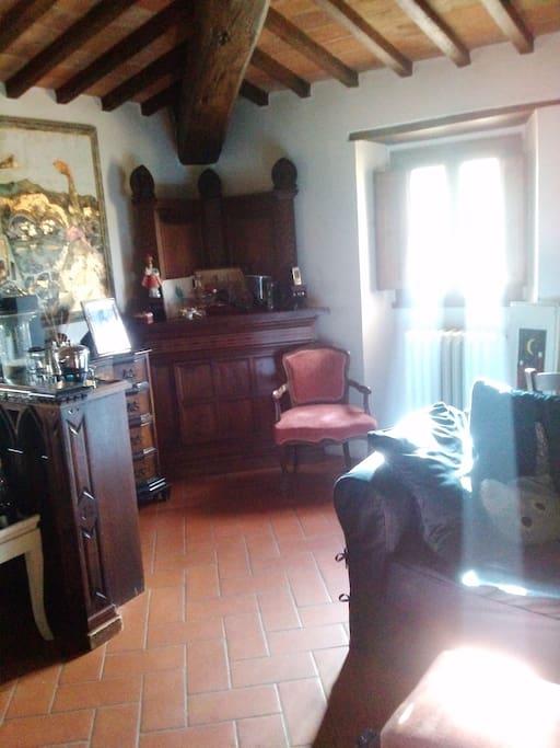 Il nostro salotto con tv e camino, wifi gratuito