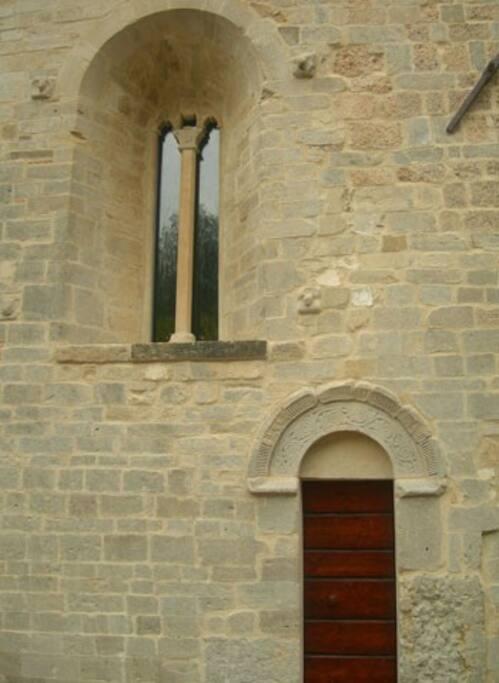 Ingresso e bifora della Chiesa San Paterniano