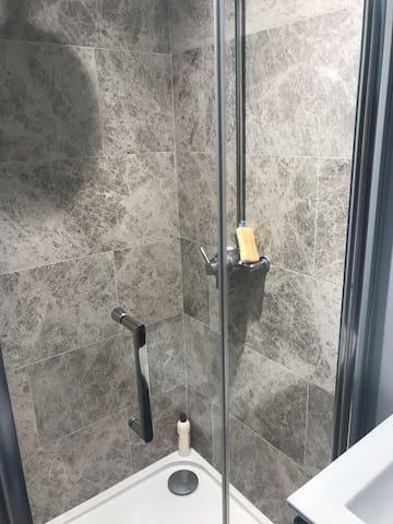 Shower (en-suite to the downstairs bedroom)