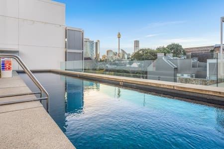 Chic inner-city 1 bedder with parking, pool, gym