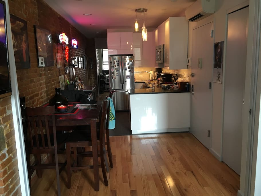 Large room in newly renovated hell 39 s kitchen apt for Hell s kitchen nyc apartments