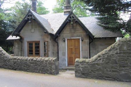 Quaint historic former gate house - Maison