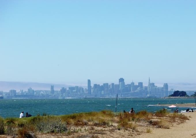 BEACH GETAWAY 30 min to SF, 10 to OAK