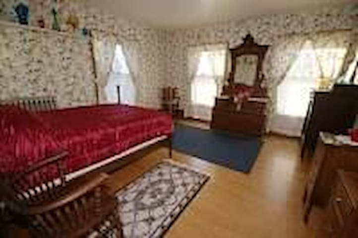 2ND LEVEL BNB BEDROOM / LARGE WALK IN CLOSET & TV - Hastings - Hotel butik