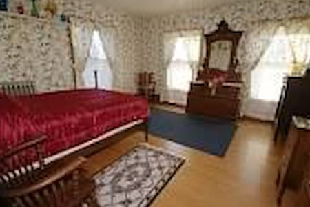 2ND LEVEL BNB BEDROOM / LARGE WALK IN CLOSET & TV - Hastings - Boutique-hotelli