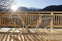 Balkon (Süd Ausrichtung) mit ausreichend Platz die Sonne und herrliche Landschaft zu genießen. Wir arbeiten ständig an unserer Wohnungseinrichtung - Bilder können daher von der Realität vor Ort etwas abweichen.