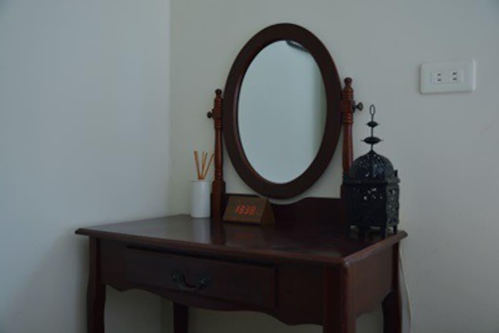 單人房內小梳妝台:為悅己者容