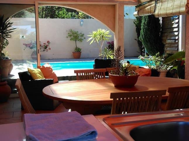 Une piscine chauffée et une véranda vous accueilleront pour vos moments détentes. Qui veut faire une partie de water-polo?