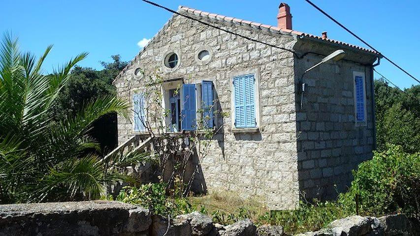 Maison en pierre avec beau jardin