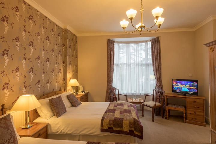 Large room, town centre, breakfast, parking
