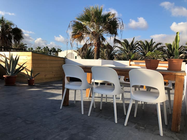Private rooftophouse, sea, pool, 50 m beach, wifi