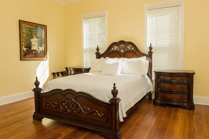 Willie's room @ Red Velvet Inn B&B - Navasota - Bed & Breakfast