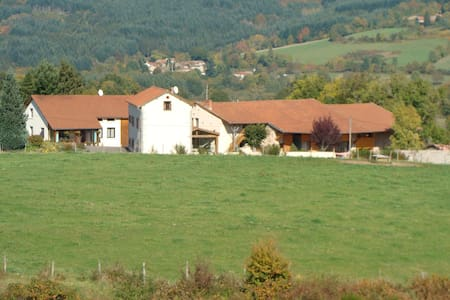 gite à la ferme avec piscine intérieure - Saint-Priest-la-Prugne - Alojamento na natureza