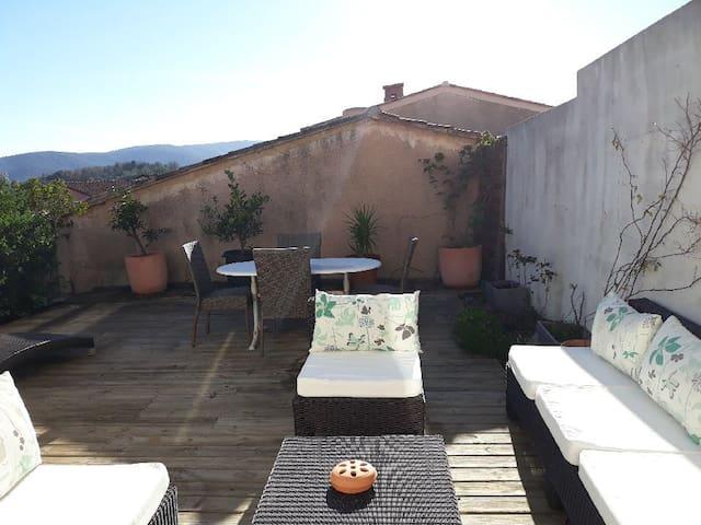 Petit mas dans résidence privée sur les hauteurs de Cogolin, avec place de parking (privée + visiteur), piscine et terrain de pétanque.
